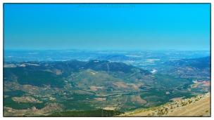 El valle del Trujala en el centro y a la derecha el valle del Guadalimar abriéndose paso entra Sierra Oruña y la Buitrera; La Puerta de Segura entre ambas y el Monte Salfaraf al fondo