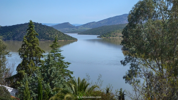 Pantano de Guadalmena. En la Comarca de la Sierra de Segura, tiene presencia otro paisaje, el de Sierra Morena, donde se ubica este embalse.